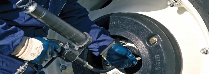 Med en fedtpresser slipper du for beskidte hænder når dine maskiner skal smøres - 10-4.dk
