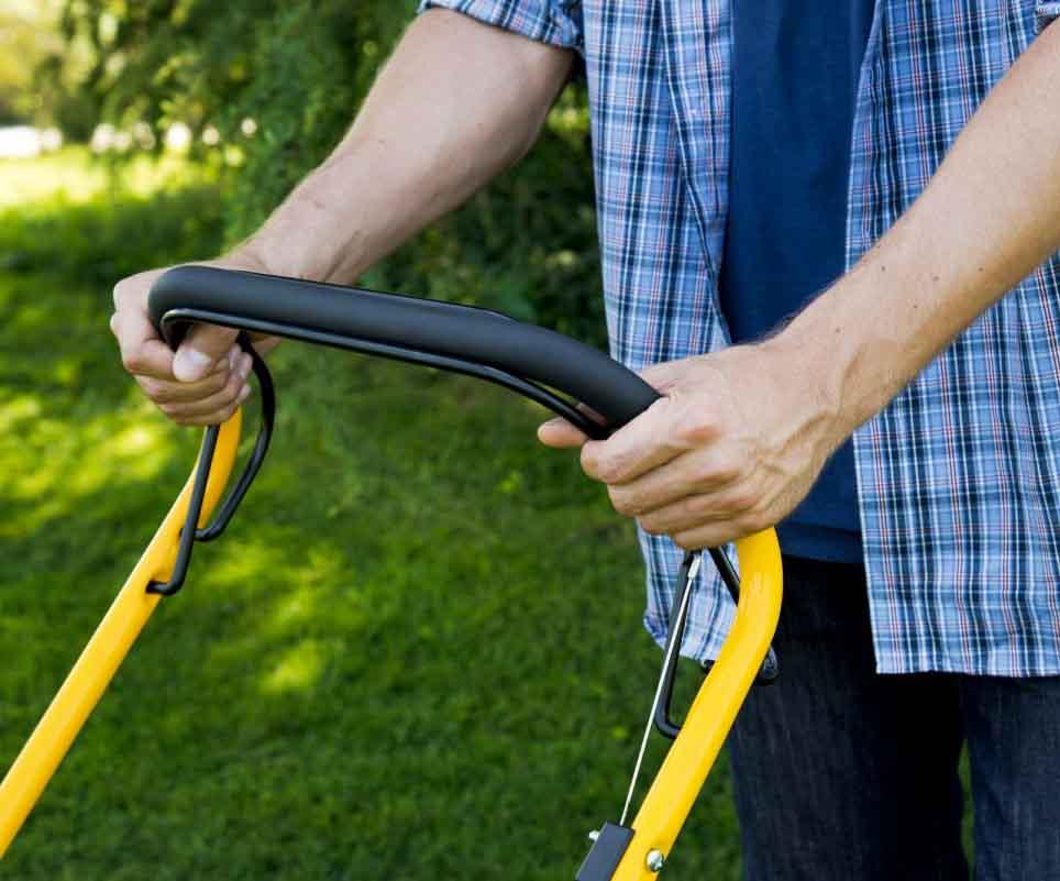 Selvkørende plæneklipper hjælper dig til en nemmere græsslågning