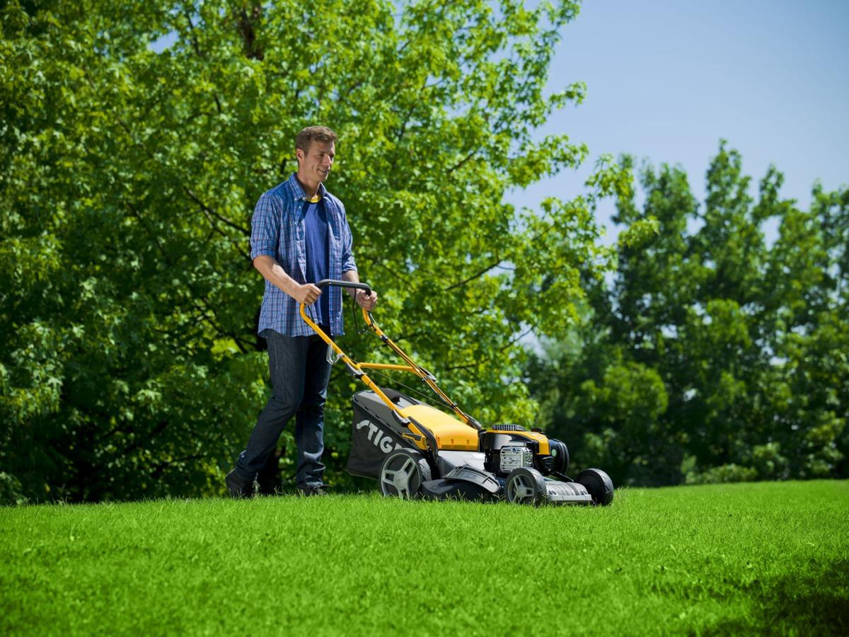 Benzin plæneklipper er det perfekte valg til større haver hvor der skal ydes